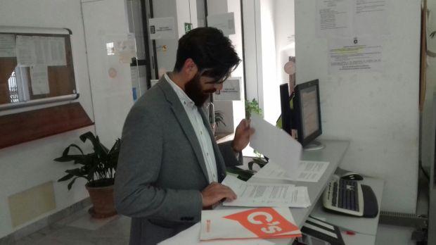 Coordinador C´s Carmona registrando escrito
